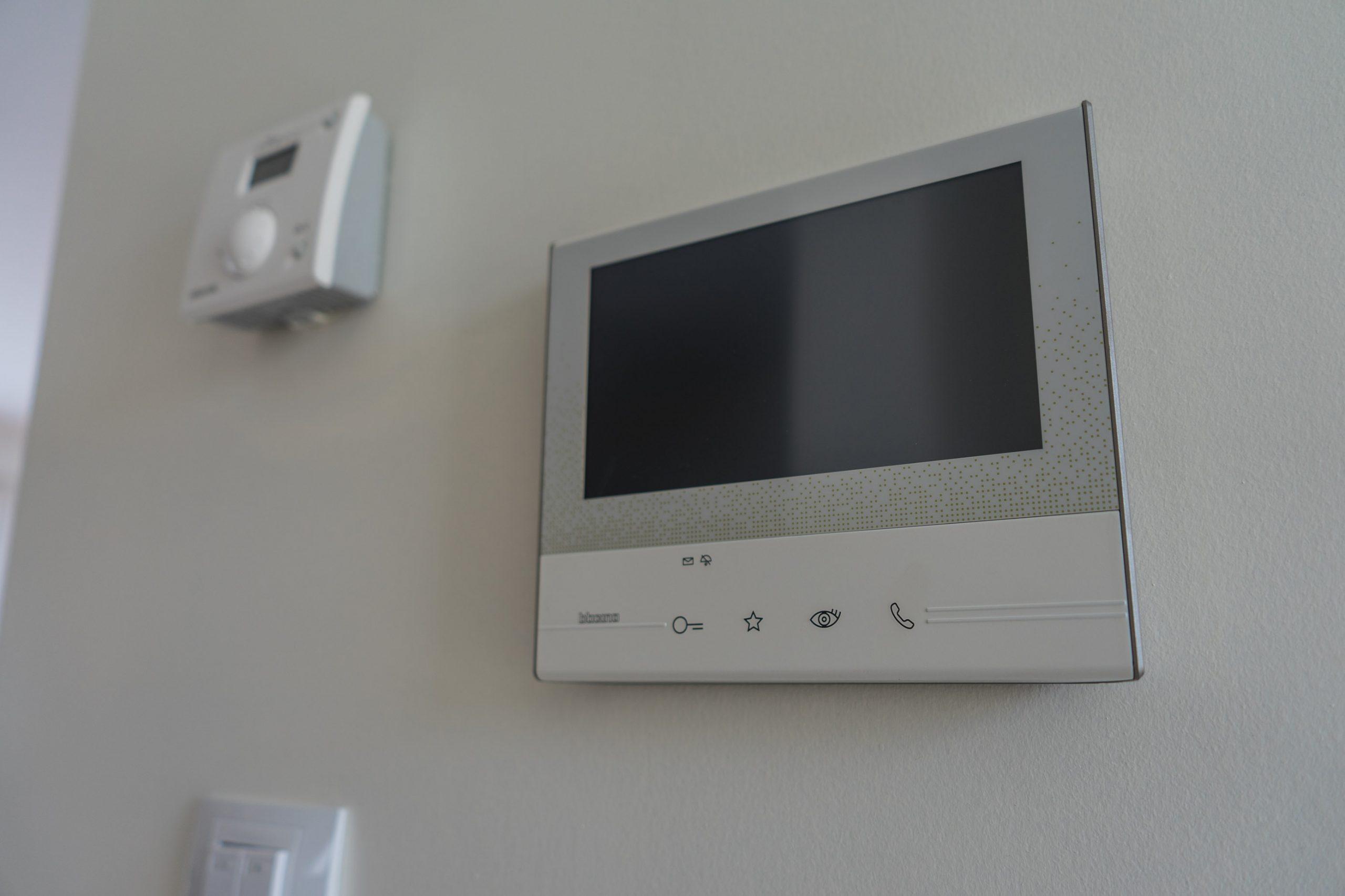 Interphone et régulateur de température
